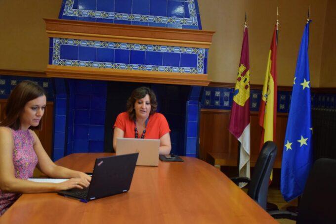 Patricia Franco, se ha reunido de manera telemática con la Federación Regional de Empresarios del Textil y la Confección