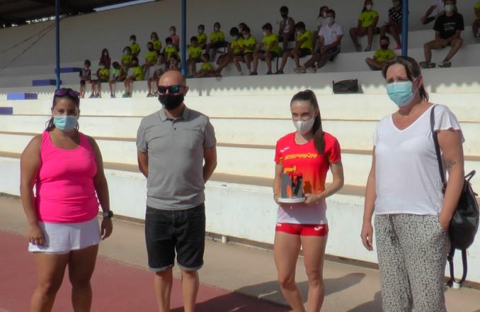 La atleta internacional Paula Sevilla visita el Campus de Atletismo