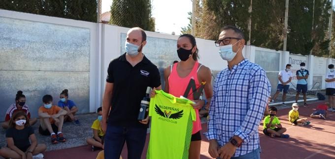 El Campus de Atletismo del Valdepeñas Athletics Club recibe la visita de la atleta internacional Herminia Parra
