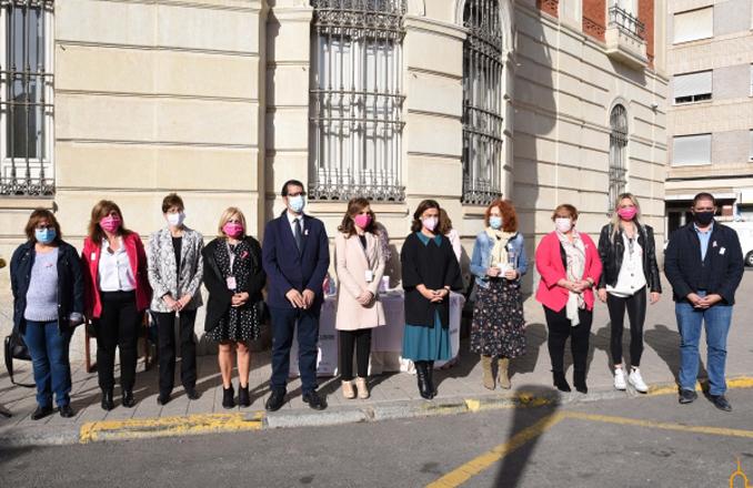 Caballero hace entrega a AMUMA de la aportación de la Diputación de Ciudad Real en el Día Mundial contra el Cáncer de Mama