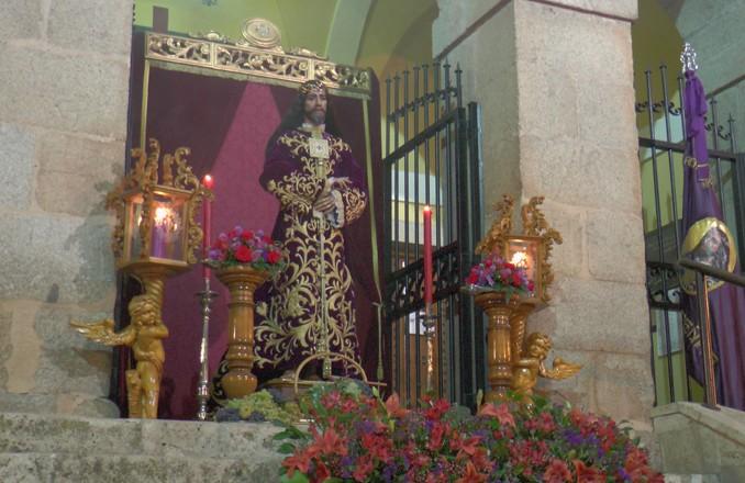 El Señor de la Vendimia expuesto para su veneración en la puerta del Convento