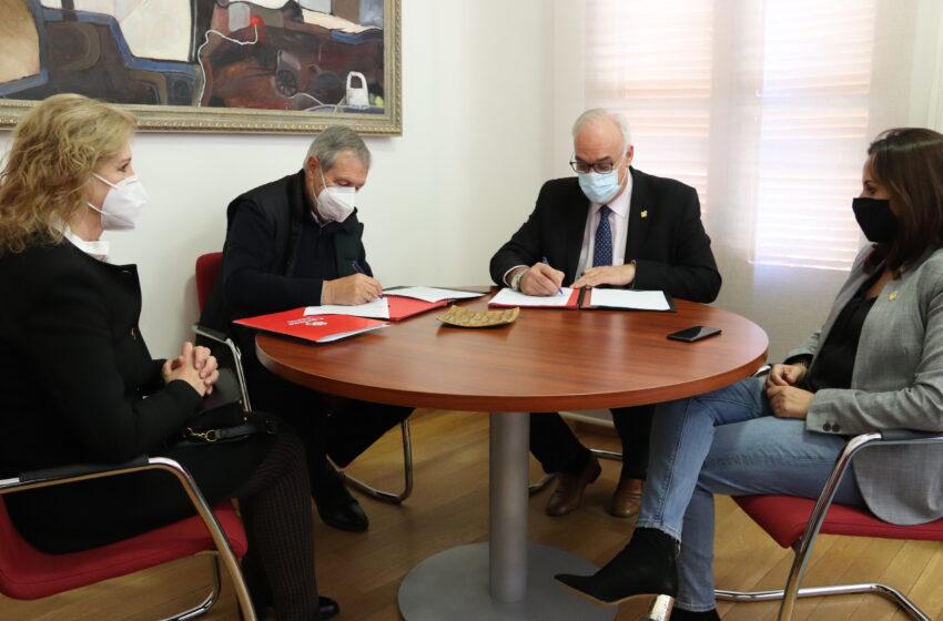 Manzanares renueva su convenio de colaboración con Cáritas Interparroquial