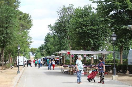 IU y vendedores ambulantes piden un cambio de normativa a la Junta para igualarse al resto de comercios de la región