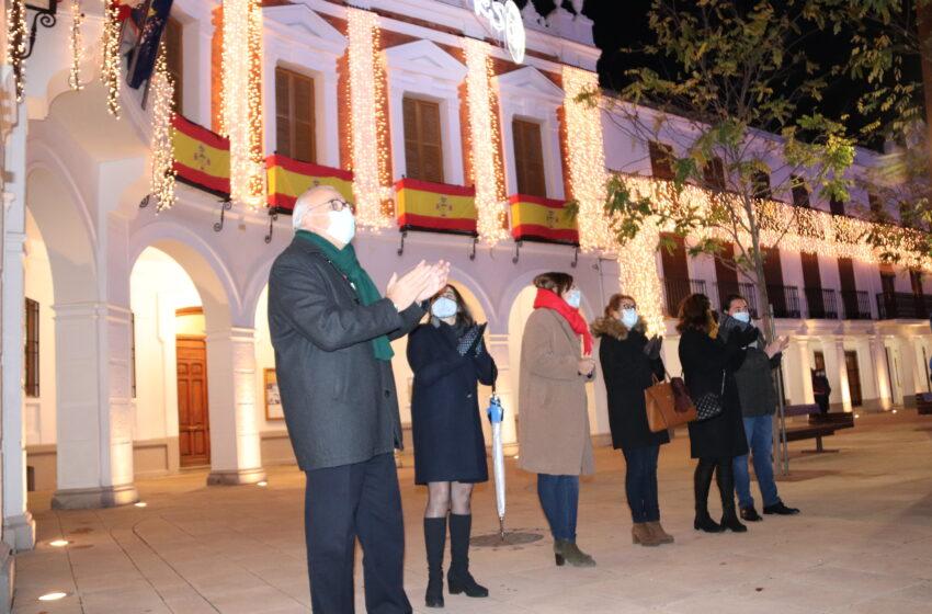 """Manzanares se ilumina """"de esperanza e ilusión"""" para apoyar a su comercio y hostelería"""