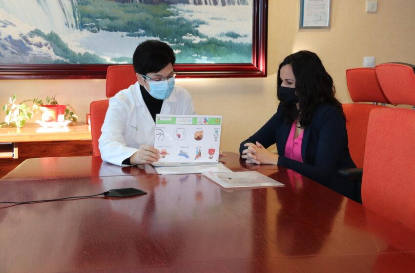 El Consejo de la Discapacidad entrega al hospital de Manzanares una guía con pictogramas