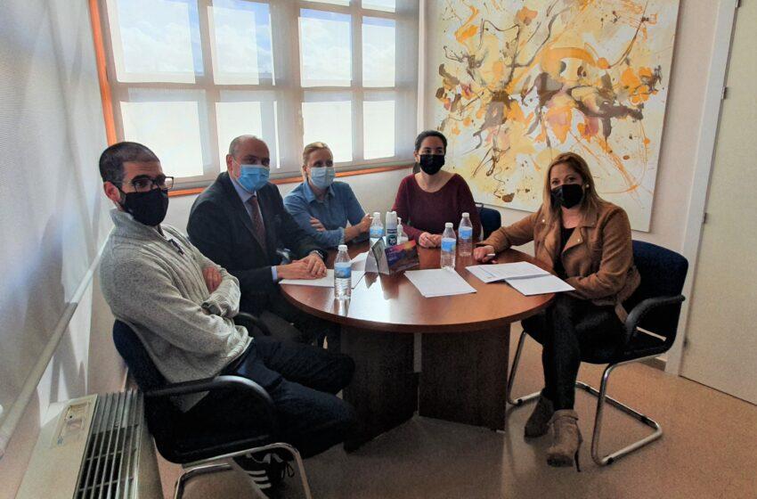 El delegado de Sanidad valora con la alcaldesa y los profesionales del centro de salud la evolución de la pandemia en Santa Cruz de Mudela