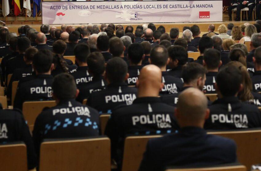 El Gobierno regional entrega 96 condecoraciones a la Policía Local de la región