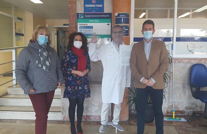 La AECC en Ciudad Real acerca el voluntariado   al Hospital de Valdepeñas en forma de tótem