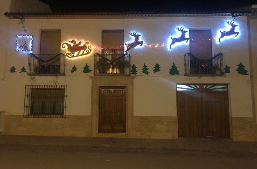 Villanueva de los Infantes se impregna del espíritu navideño decorando e iluminando fachadas y balcones