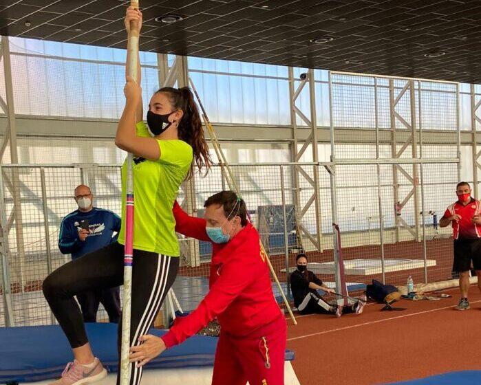 Carla Moliterni y Estrella Ponce, del Valdepeñas Athletics Club, en la Concentración Regional de Pértiga