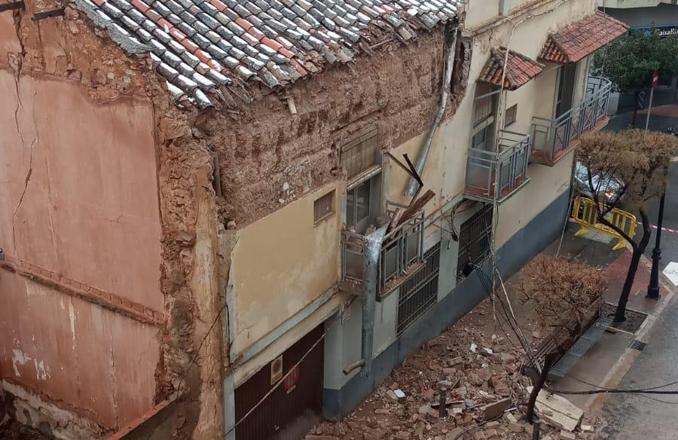 Parte de la fachada de un edificio de la calle Juan Alcaide con Seis de Junio cae