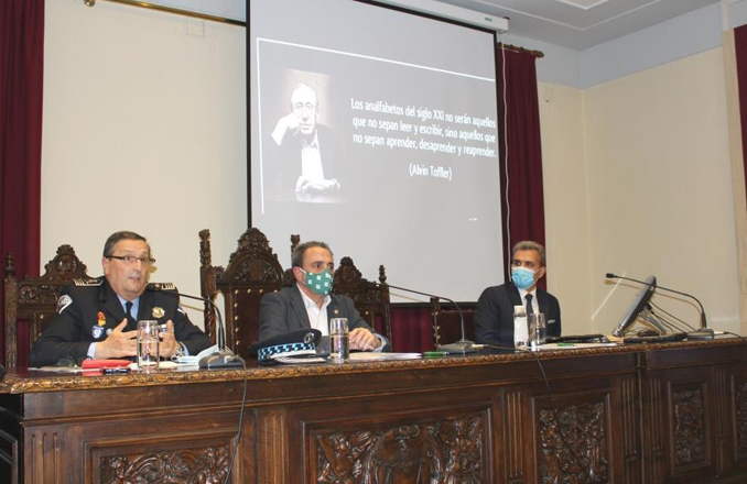 """La conferencia """"Inteligencia económica. Claves para la Seguridad y Defensa"""", marca el inicio del curso """"Experto en Seguridad (E.S.D. nivel II)"""", que se celebra en la UNED"""