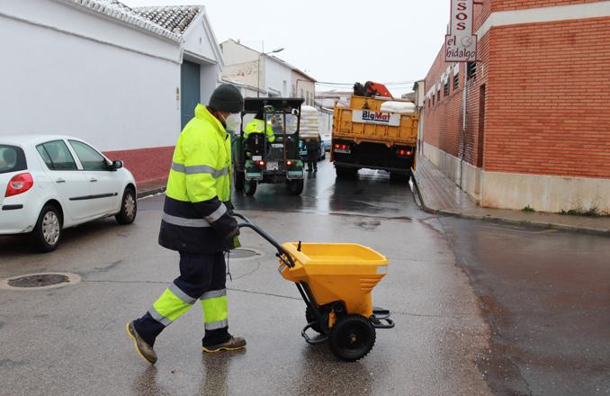 Esparcidas 16 toneladas de sal en la última semana para aminorar los efectos del frío y de la nieve