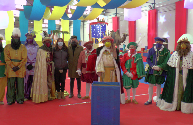 Los Reyes Magos realizan el sorteo de la campaña 'Valdepeñas te regala Navidad'