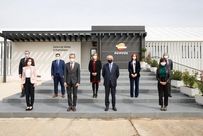 La consejera de Educación, Cultura y Deportes, Rosa Ana Rodríguez, ha realizado una visita a las instalaciones de la planta de Repsol de Puertollano