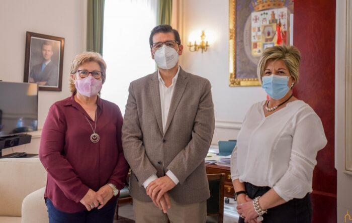 José Manuel Caballero con María Rosa Requena y María Jesús López