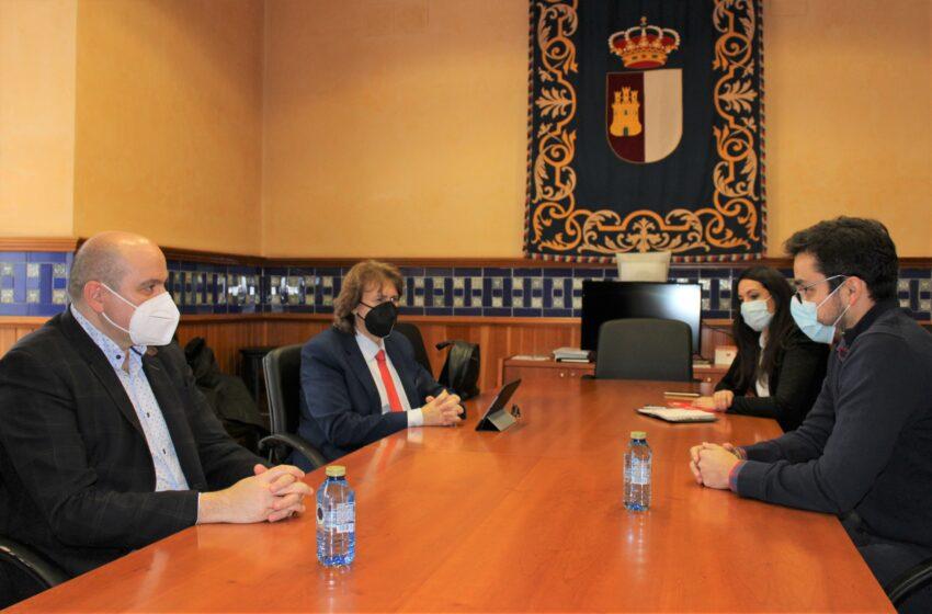 Los delegados provinciales de las consejerías de Sanidad y de Economía, Empresas y Empleo mantienen un encuentro con AJE