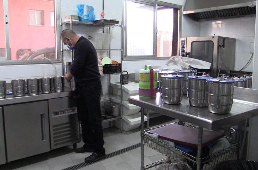45 personas mayores se benefician del servicio de comida a domicilio en Manzanares