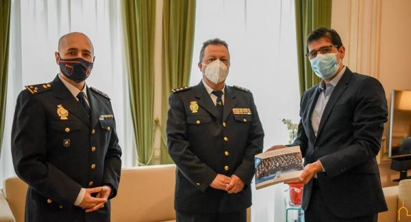 Camacho le entrega a Caballero un ejemplar del libro sobre los últimos 40 años de la Policía Nacional desde una perspectiva de género