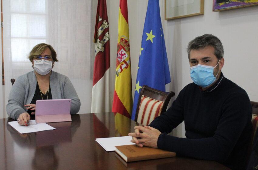 Carmen Olmedo se reúne con el alcalde de Caracuel de Calatrava