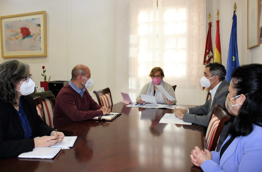 La delegada de la Junta de Comunidades se ha reunido con el alcalde de Villarrubia de los Ojos