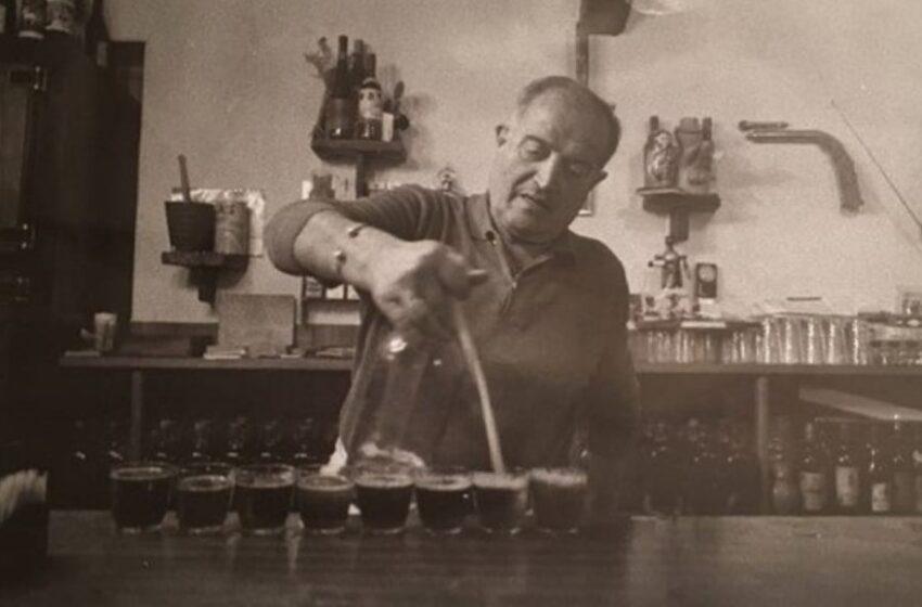 Alfonso, «El cojo», en su taberna de Valdepeñas