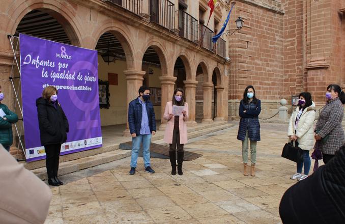 Villanueva de los Infantes conmemora el Día de la Mujer con la lectura de un manifiesto y un Photocall en la Plaza Mayor