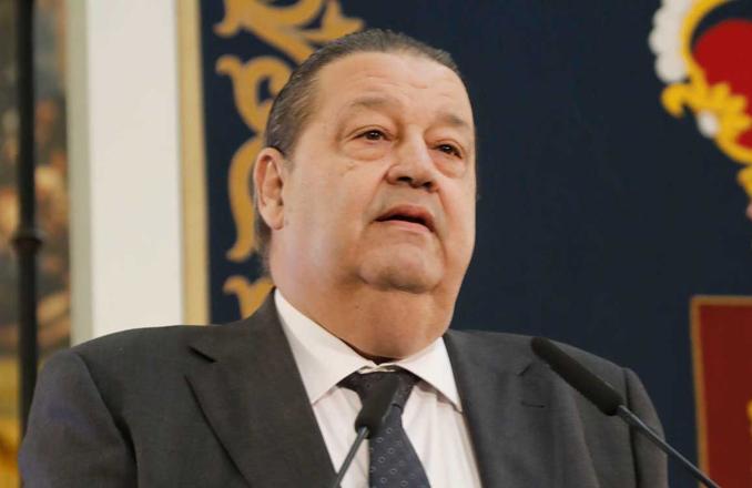 Emiliano García-Page asiste al homenaje que se rinde en las Cortes regionales al que fuera su presidente, Jesús Fernández Vaquero