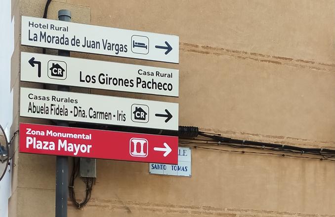 El Ayuntamiento renueva la señalización direccional de monumentos y alojamientos turísticos