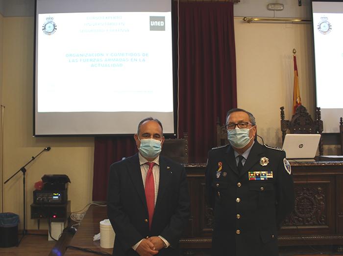 Juan del Hierro Rodrigo, Coronel Subdelegado de Defensa de Ciudad Real, impartió ayer en la UNED la conferencia «Organización y misiones de las FAS españolas en la actualidad»