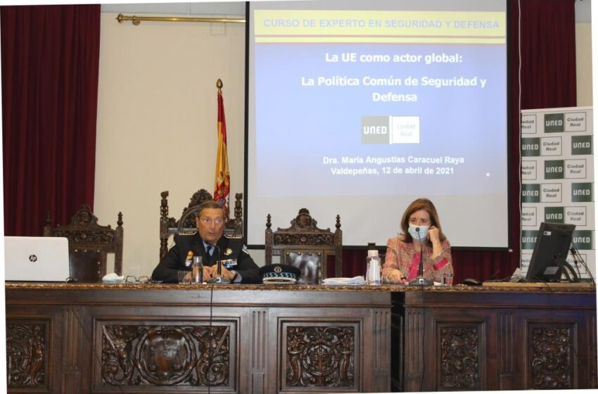 """La conferencia """"La UE como actor global: la Política Común de Seguridad y Defensa"""" centro de debate en la UNED de Valdepeñas"""