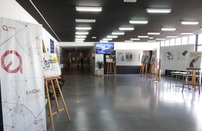 """El IES Bernardo de Balbuena acoge una exposición procedente de La EASDAL de Tomelloso, para presentar los proyectos del Concurso de Diseño de Producto """"DiVino VERUM"""""""