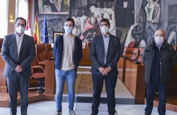 El presidente de la Diputación recibe al ganador de la Olimpiada de Física de la UCLM, Pablo Castellanos