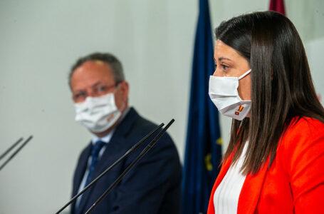 La consejera de Bienestar Social, Bárbara García Torijano, y el consejero de Hacienda y Administraciones Públicas, Juan Alfonso Ruiz Molina