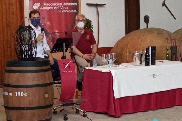 Los Jóvenes Amigos del Vino de Valdepeñas catan los vinos de Bodegas Navarro López