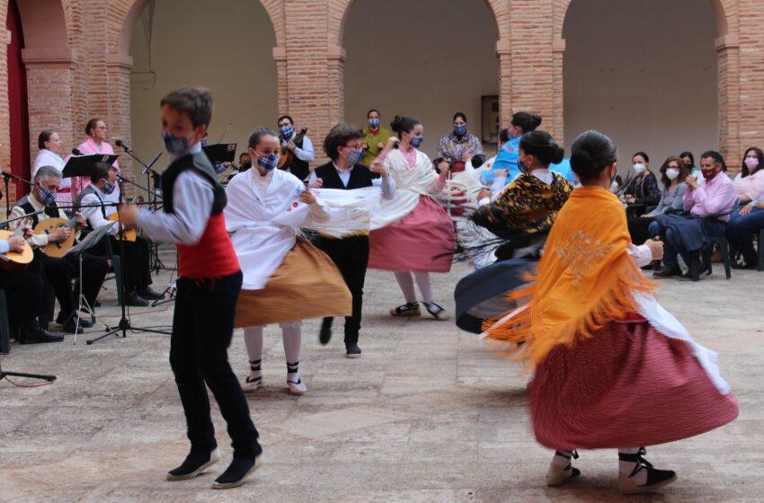 Actuación de Folclore Infantil de la Asociación Cruz de Santiago