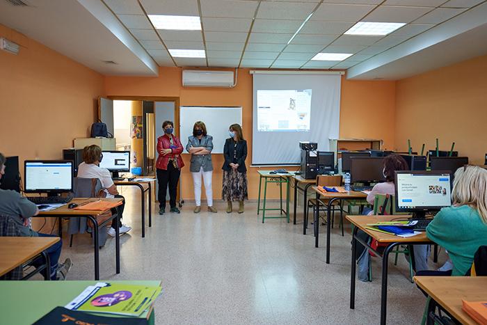El Gobierno de Castilla-La Mancha promueve la capacitación digital para personas mayores de 55 años mediante el aprendizaje de nuevas tecnologías
