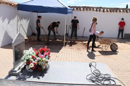 Exhumación ARMH en el cementerio municipal de Manzanares