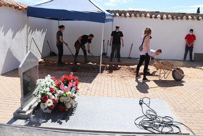 Comienzan los trabajos de exhumación de dos fosas comunes en el cementerio municipal de Manzanares