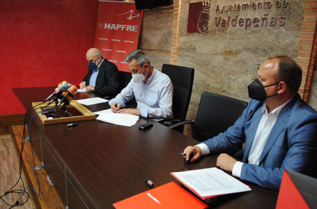 Firma del convenio entre Mapfre, AFAD y el ayuntamiento de Valdepeñas