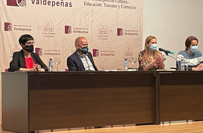 """El valdepeñero Luis Chacón presenta su novela """"Los jubilados los carga el diablo"""" a beneficio de Rosae"""