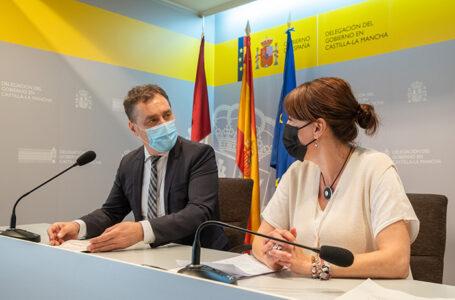 El delegado del Gobierno en Castilla-La Mancha, Francisco Tierraseca, y la consejera de Igualdad, Blanca Fernández, para avanzar en el convenio sobre el Sistema VioGén