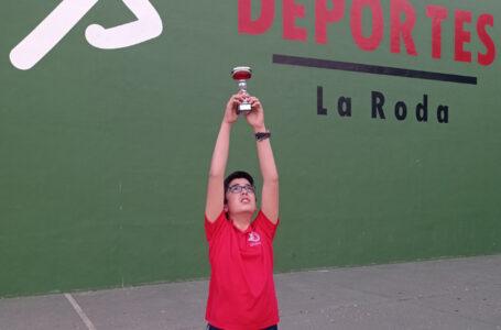 Santiago David dedicándole el trofeo a sus abuelos