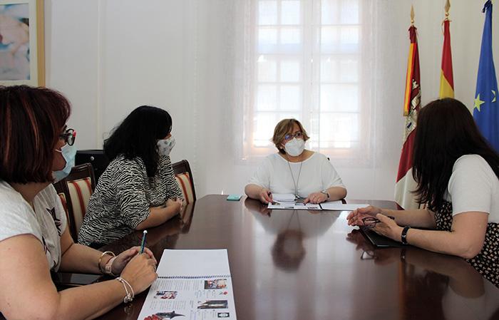 La delegada de la Junta de Comunidades recibe a representantes de Amiarte, asociación para la promoción de la artesanía en la provincia