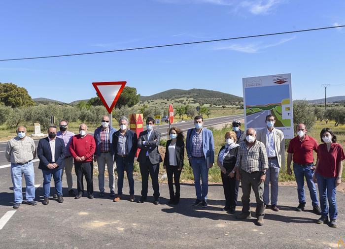 """Concluyen las obras de la carretera de Los Cortijos a Los Yébenes """"un compromiso electoral más que se cumple"""""""