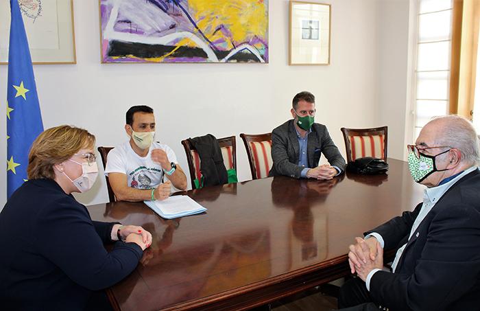 Carmen Olmedo anima a Emeterio Flox a cumplir su reto deportivo y solidario y le transmite todo el apoyo del Gobierno de Castilla-La Mancha