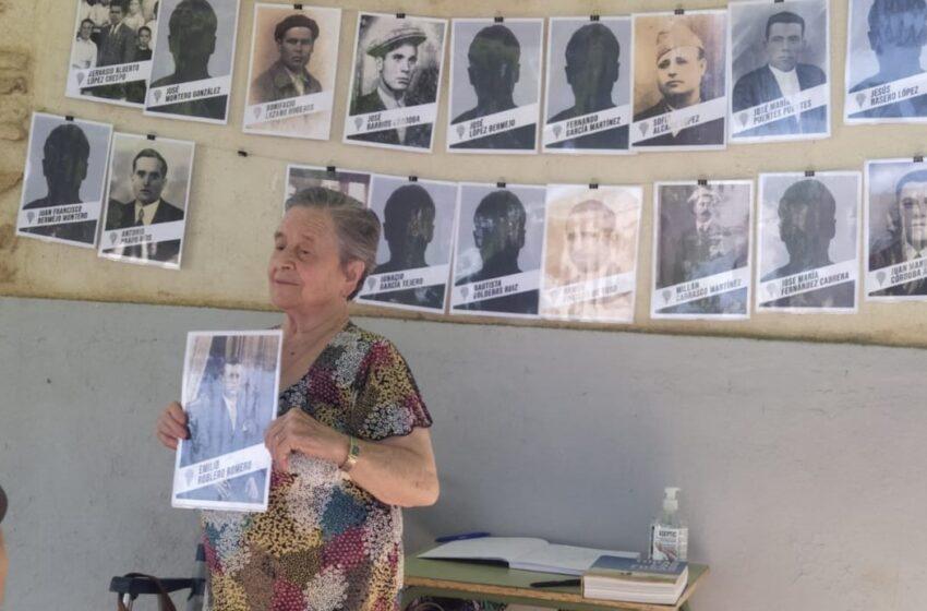 IU Valdepeñas visita el cementerio civil de Almagro donde se están llevando a cabo exhumaciones de víctimas del franquismo