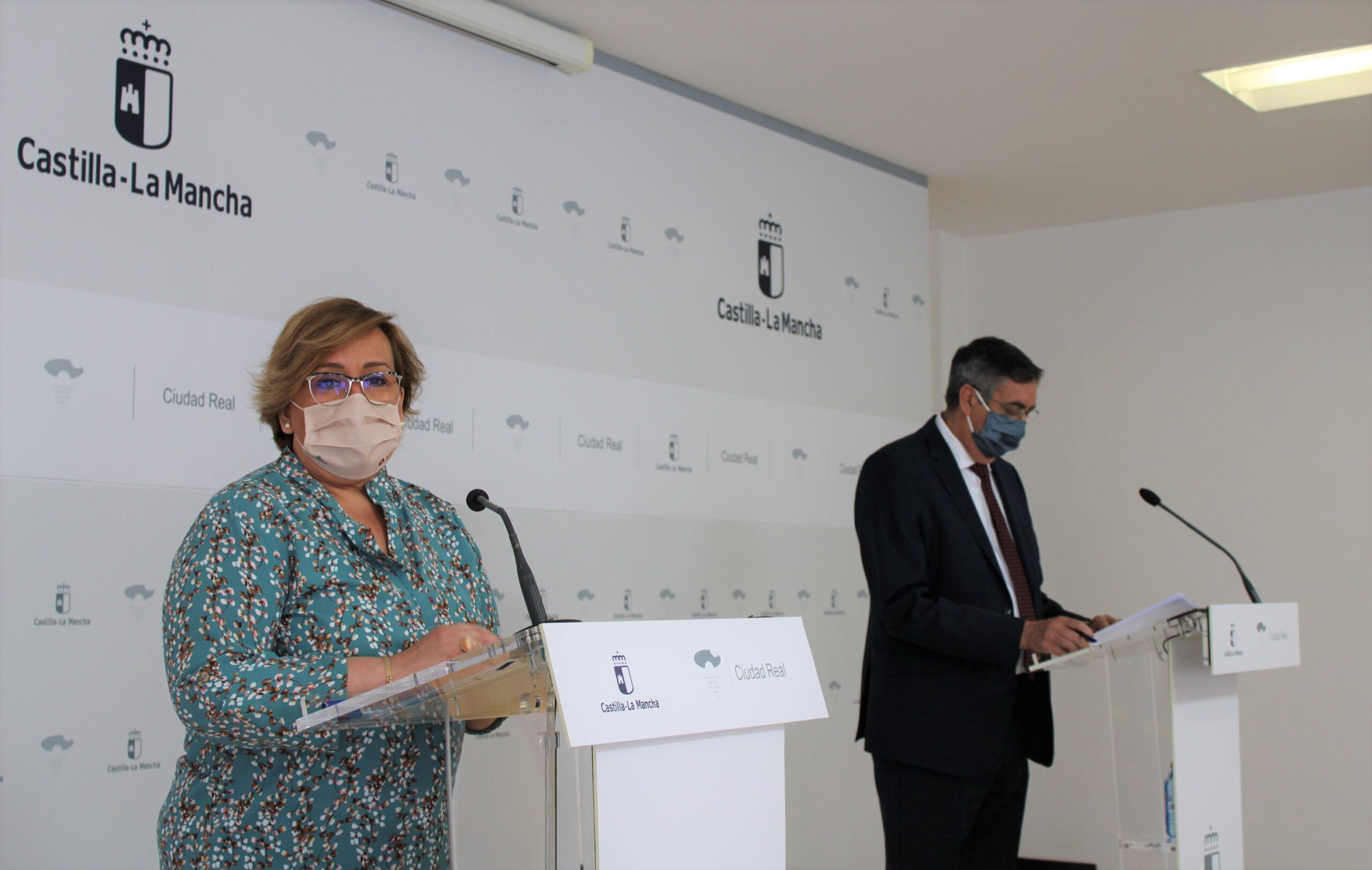El titular del departamento en la provincia, José Caro y la delegada de la Junta de Comunidades en Ciudad Real, Carmen Teresa Olmedo