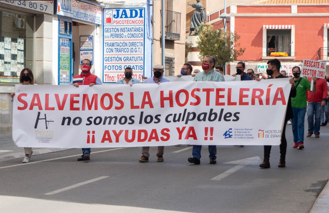 Los Hosteleros de Valdepeñas concentran alrededor de 200 personas para «salvar la hostelería»