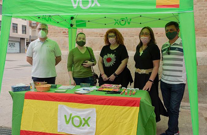 VOX Valdepeñas instala una mesa informativa en la Plaza de la Constitución